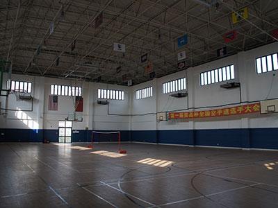校舍包括教學樓,室內籃球館,標準跑道運動場,餐廳和休閑角.