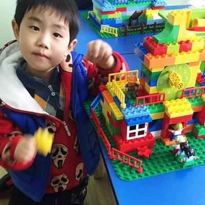 最终,使孩子可以自己设计搭建自己的作品,并利用Wedo编程软件进行简单图片