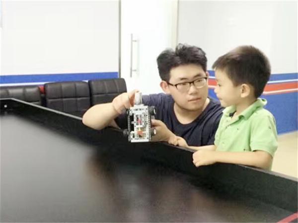 首家乐高机器人公益课——领取机器人教育与竞赛研究中心认证证书
